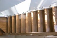 Escaleras de madera y manijas de madera Imagenes de archivo
