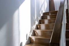 Escaleras de madera y manijas de madera Imagen de archivo libre de regalías