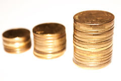Escaleras de oro de las monedas Foto de archivo libre de regalías