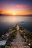 escaleras de piedra abajo al mar Imagenes de archivo