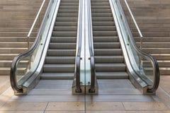 Escaleras de piedra con el elevador Fotos de archivo libres de regalías