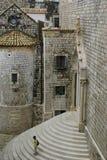 Escaleras de piedra delante del portal de la iglesia en Dubrovnik, Croacia imágenes de archivo libres de regalías