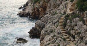Escaleras de piedra en la roca al mar metrajes