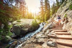 Escaleras de piedra a lo largo del río de la montaña en la ruta turística Imagen de archivo libre de regalías