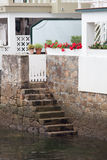 Escaleras de piedra que llevan abajo al mar Imagenes de archivo
