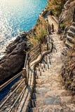 Escaleras de piedra que llevan abajo al mar Foto de archivo libre de regalías