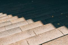 Escaleras de piedra urbanas en la luz del sol fotos de archivo libres de regalías