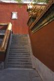 Escaleras de piedra y paredes rojas Fotografía de archivo libre de regalías