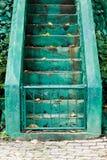 Escaleras de Sement con el verde para separado hacia arriba o hacia abajo Imagenes de archivo