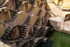 Escaleras de un stepwell o de un baori, en la India foto de archivo libre de regalías