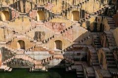 Escaleras de un stepwell o de un baori, en la India Imagen de archivo