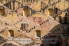 Escaleras de un stepwell o de un baori, en la India fotografía de archivo