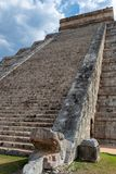 Escaleras de una pirámide maya de Kukulcan El Castillo en Chichen Itza fotografía de archivo libre de regalías
