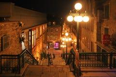 Escaleras de vértigo que conectan el Petit-Champlain de Quartier de una ciudad más baja con la ciudad superior en la ciudad de Qu imagen de archivo