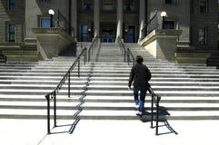 Escaleras de Waling al edificio del asunto Foto de archivo libre de regalías