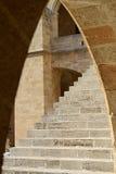 Escaleras debajo del arco Imagenes de archivo
