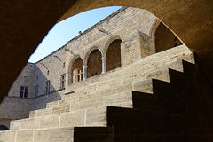Escaleras debajo del arco - ciudadela antigua de Rodas del interior Fotografía de archivo libre de regalías