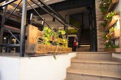 Escaleras del café de la calle Imagen de archivo libre de regalías
