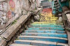 Escaleras del color del arco iris en Hong Kong Fotografía de archivo libre de regalías