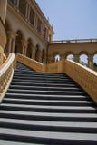 Escaleras del edificio clásico del chalet Imagenes de archivo