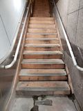 Escaleras del estacionamiento subterráneo foto de archivo libre de regalías