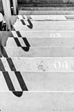 Escaleras del estadio con la numeración, blanco y negro foto de archivo