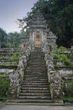 Escaleras del templo budista con las estatuas en Bali, Indonesia Imagenes de archivo