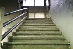 Escaleras dentro del edificio de oficinas imagen de archivo libre de regalías