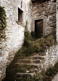 Escaleras destruidas vendimia en la casa Fotografía de archivo libre de regalías