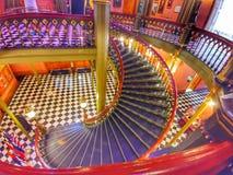 Escaleras en el edificio viejo de la Capital del Estado imagen de archivo libre de regalías