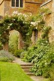 Escaleras en el jardín en castillo medieval Imagenes de archivo