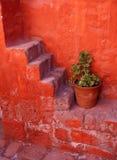 Escaleras en el monasterio de Arequipa Imagenes de archivo