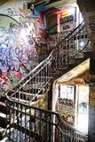 Escaleras en Kunstahaus Tacheles en Berlín Foto de archivo libre de regalías
