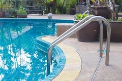 Escaleras en la piscina Imagen de archivo libre de regalías