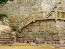 Escaleras en mil playas de la arena del paso Imagenes de archivo