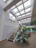 Escaleras en pasillo del edificio de oficinas Foto de archivo libre de regalías