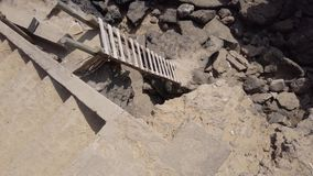 Escaleras en un acantilado de la roca almacen de metraje de vídeo