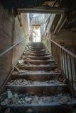 Escaleras en un asilo insano abandonado Foto de archivo libre de regalías