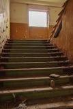 Escaleras en un complejo abandonado foto de archivo