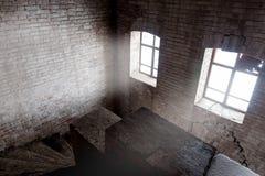escaleras en un complejo abandonado con la luz dramática imagen de archivo libre de regalías