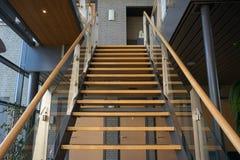 Escaleras en un extracto del edificio de oficinas y nuevo Foto de archivo