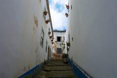 Escaleras en una calle vacía con las casas viejas blancas Fotos de archivo
