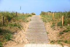 Escaleras en una duna en el nde del ¼ de WarnemÃ, Alemania Foto de archivo