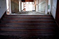 Escaleras en una escuela abandonada vieja Imágenes de archivo libres de regalías