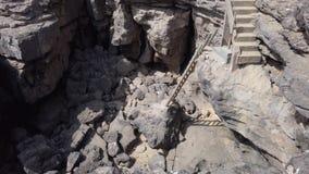 Escaleras en una roca almacen de metraje de vídeo