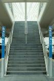 Escaleras entre las pistas Imagenes de archivo