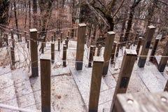 Escaleras escarpadas con la barandilla de la cuerda Foto de archivo