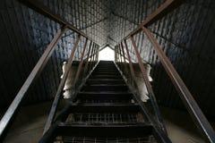 Escaleras escarpadas que suben al tejado de una iglesia imagen de archivo libre de regalías