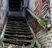 Escaleras espeluznantes viejas Foto de archivo libre de regalías