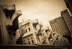 Escaleras espirales en la parte posterior de las casas de la tienda del chino tradicional foto de archivo libre de regalías